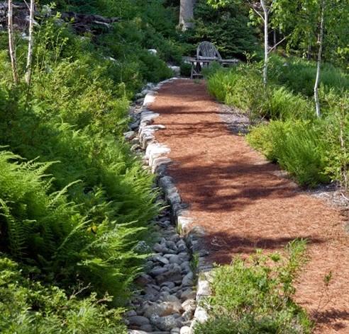 садовая тропинка с покрытием из мульчи