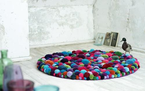 коврик из цветных помпонов