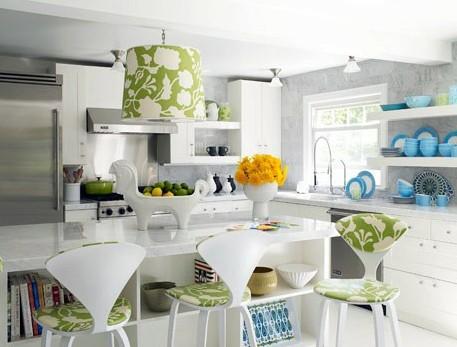 серая кухня с зеленым и голубым декором