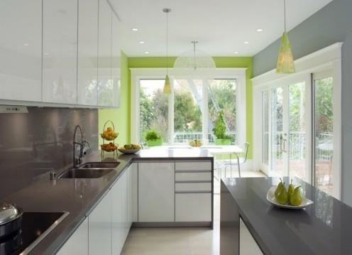 зеленая стена в интерьере серой кухни