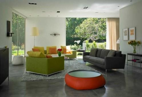 зеленый, желтый и оранжевые в современной серой гостиной