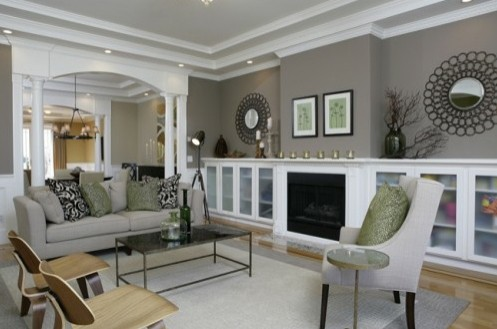 интерьер гостиной с бледно-зеленым декором