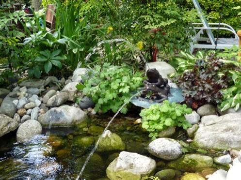 скульптурный фонтан в дизайне пруда