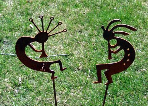 скульптурное садовое украшение из металла