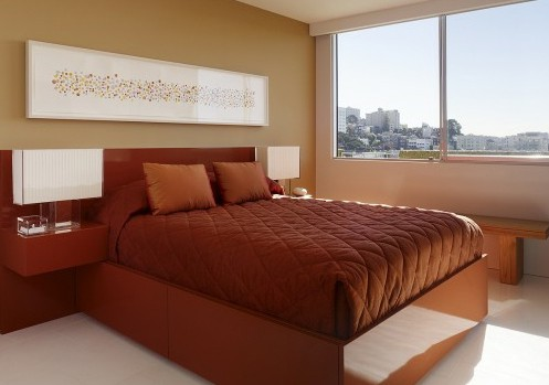 широкая спинка кровати с прикроватными полками