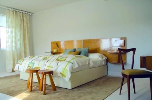 деревянные панели с полками как изголовье кровати