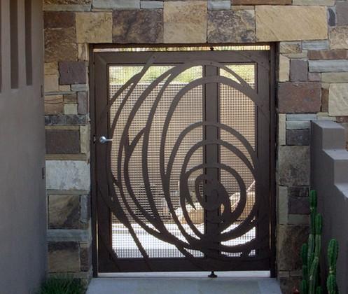 металлическая калитка с сеткой и декором из листовой стали