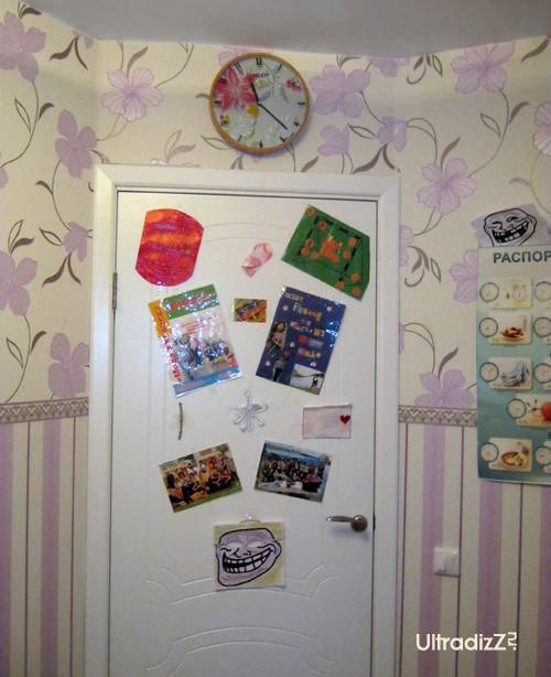 установка белой двери в комнате ребенка