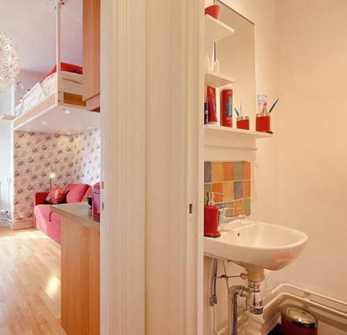 яркий декор в интерьере однокомнатной квартиры