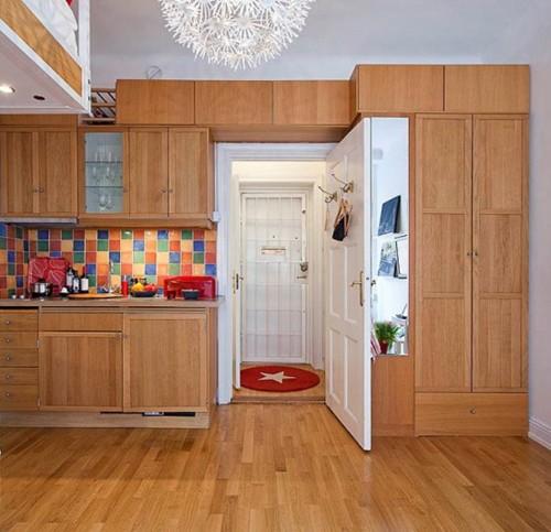 дизайн маленькой квартиры с красным декором и встроенной мебелью