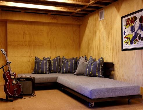 молодежная гостиная в подвале дома