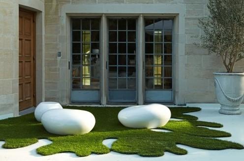 искусственный газон в дизайне двора