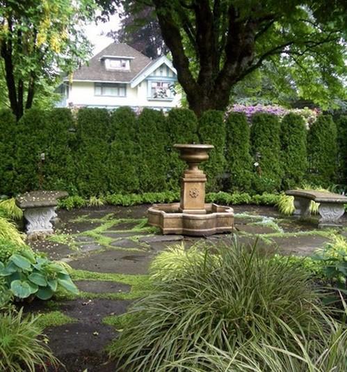 ландшафтная скульптура в зеленом саду
