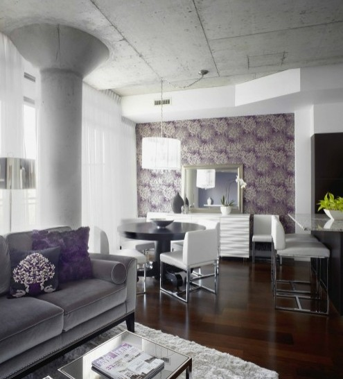 сочетание серого с фиолетовым в интерьере гостиной
