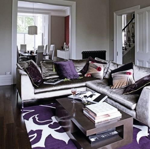 разнообразие фиолетовых текстур в гостиной