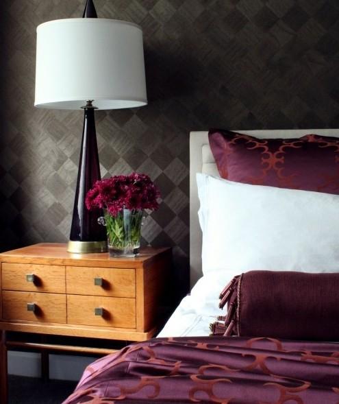 сочетание серого с пурпурным в интерьере спальни