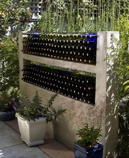 ландшафтная перегородка с декором из бутылок