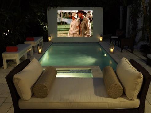 открытый домашний кинотеатр у бассейна