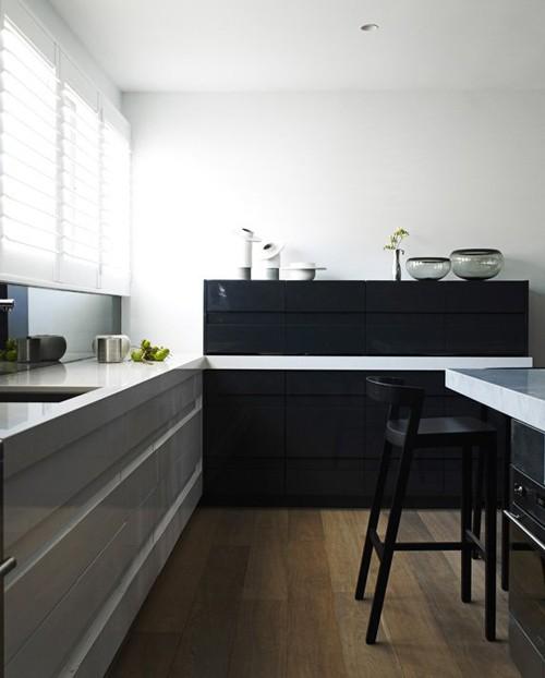 графитовое зеркало в интерьере кухни