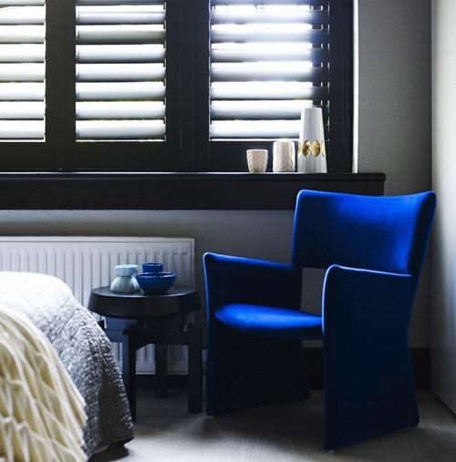 яркое кресло в черно-белой спальне