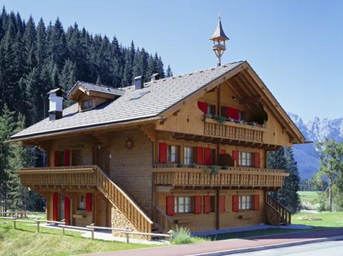 красивый альпийский коттедж