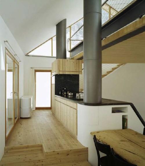 кухонная зона в современном коттедже в горах