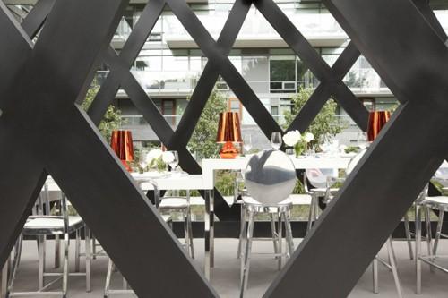вид на интерьер ресторана снаружи