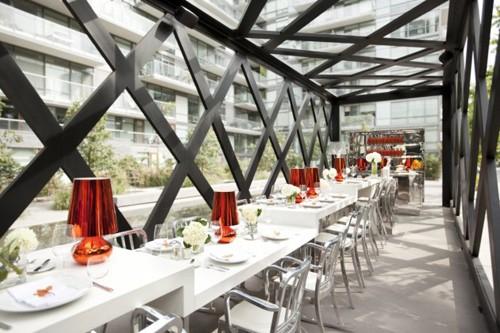 интерьер ресторана с разным уровнем столов