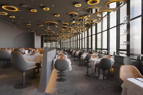 необычный дизайн потолка ресторана