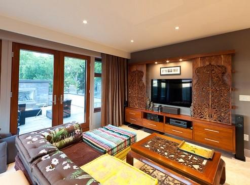 телевизор в гостиной за раздвижными панелями