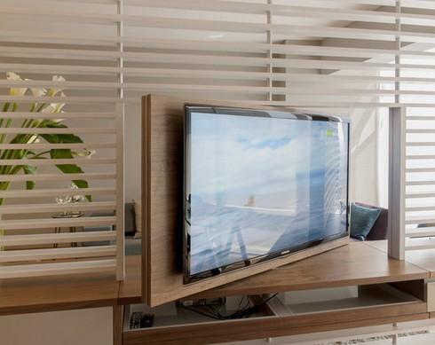 поворотный телевизор в гостиной