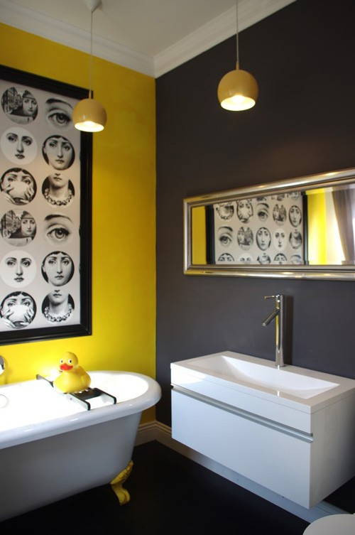 необычная ванная в серо-желтой гамме