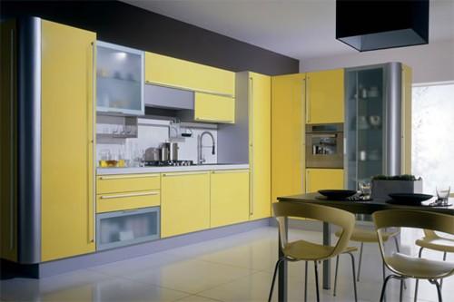 современный интерьер кухни в серо-желтой гамме