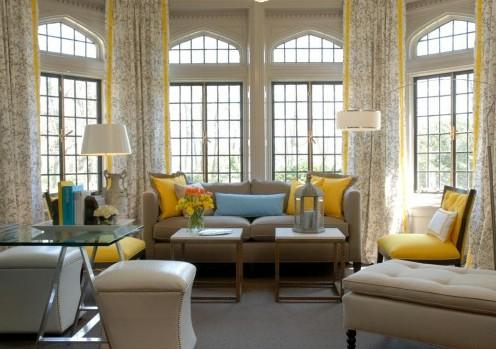 традиционный интерьер гостиной в серо-желтой гамме