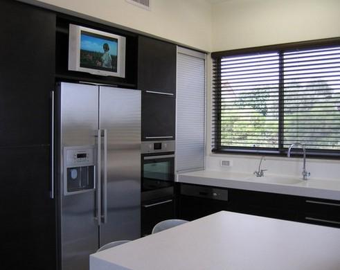 телевизор над холодильником
