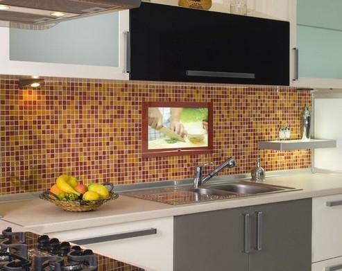 водонепроницаемый телевизор над кухонной мойкой