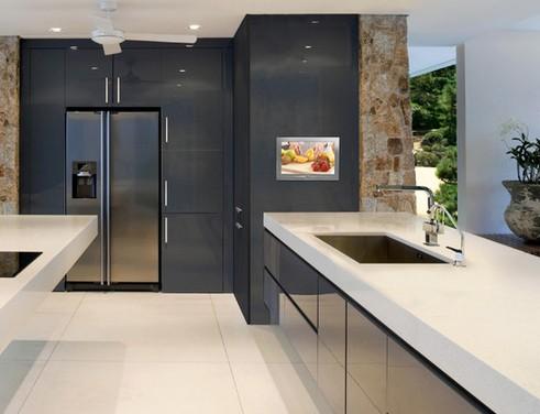 телевизор, встроенный в кухонный пенал
