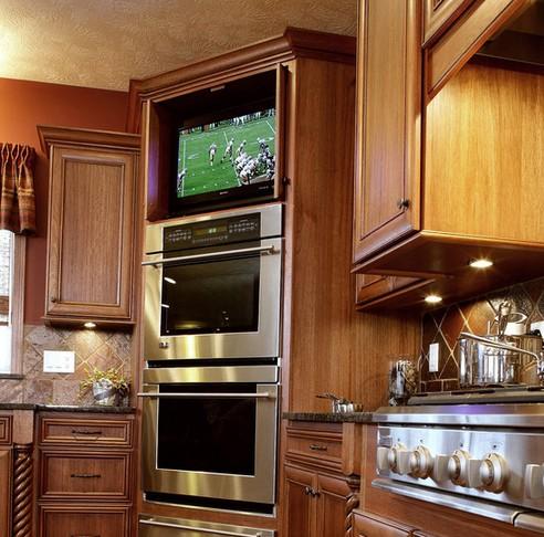 телевизор под потолком кухни