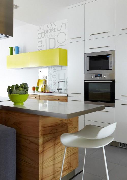 цветная мебель в зоне кухни