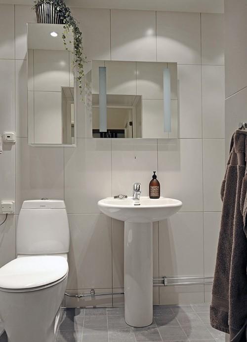 зеркальная мебель в маленькой ванной комнате