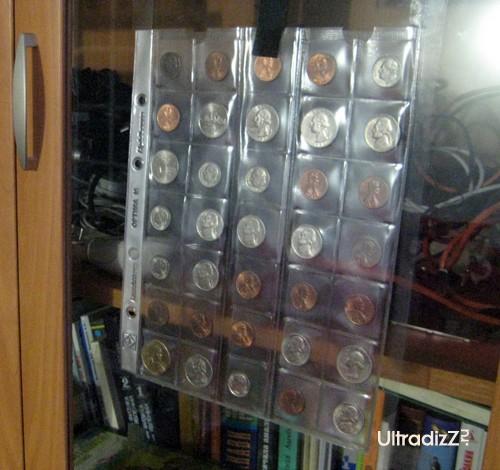 размещение коллекции монет на дверке шкафа