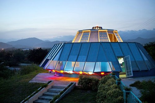 необычный дом в виде корабля пришельцев