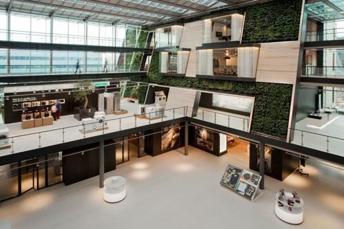 офисный атриум с вертикальной зеленой стеной