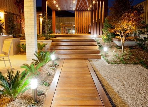 современные светильники для садовых дорожек