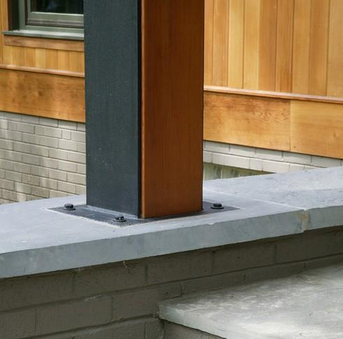 металлическая несущая конструкция крыльца с деревянным декором
