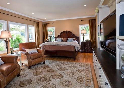 интерьер классической спальни с кожаной мебелью