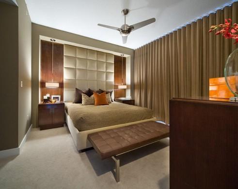 стильный интерьер спальни с кожаным декором