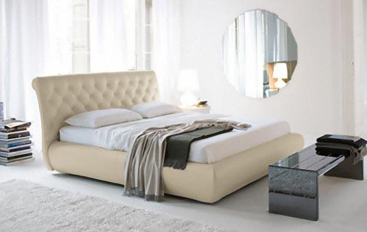 стильный интерьер спальни с кожаной кроватью