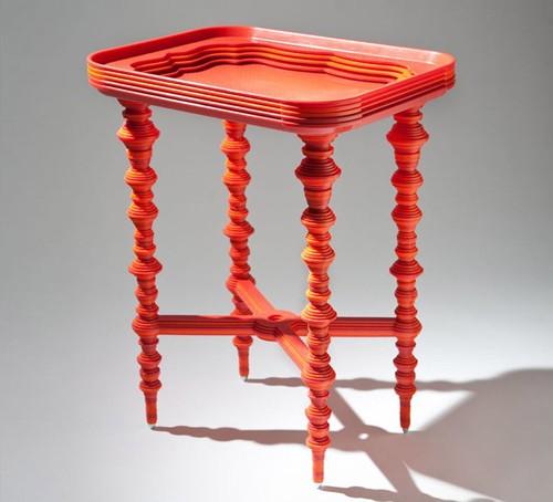 необычный столик из пластиковых подносов