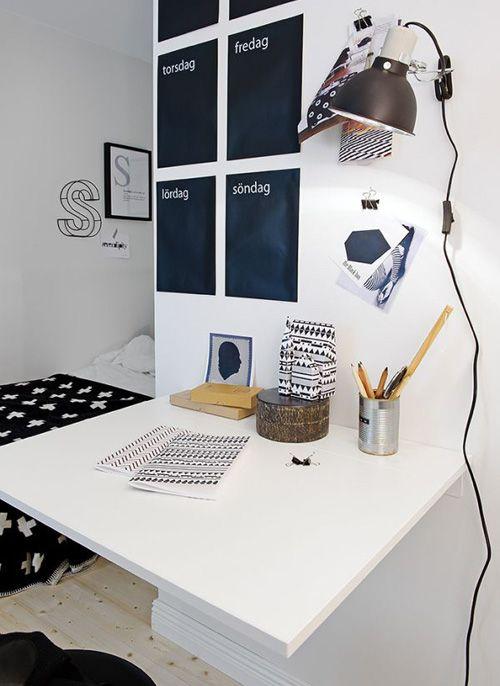 складной столик и декор в рабочей зоне